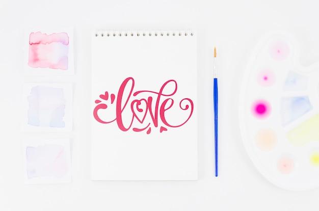 Mensagem de amor no notebook com pincel ao lado
