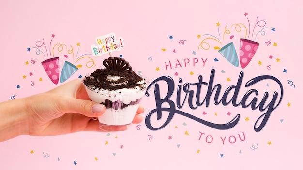 Mensagem de feliz aniversário ao lado do bolo