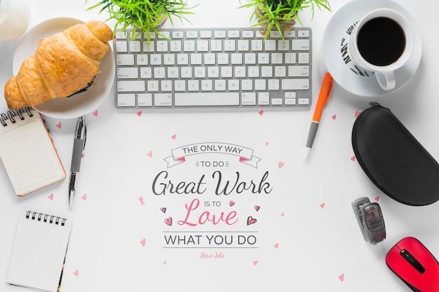 Mensagem motivacional de excelente trabalho com moldura de material de escritório