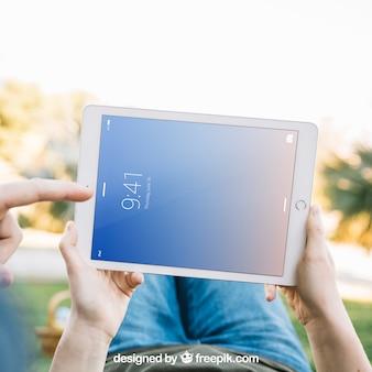 Mentindo homem segurando tablet maquete