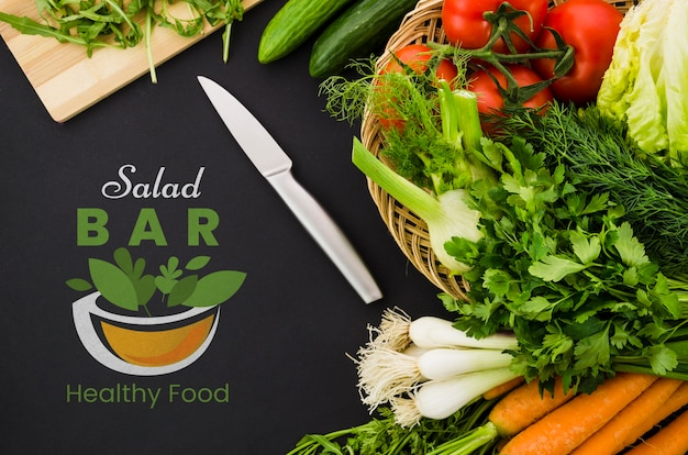 Menu de bar de saladas com legumes nutrientes