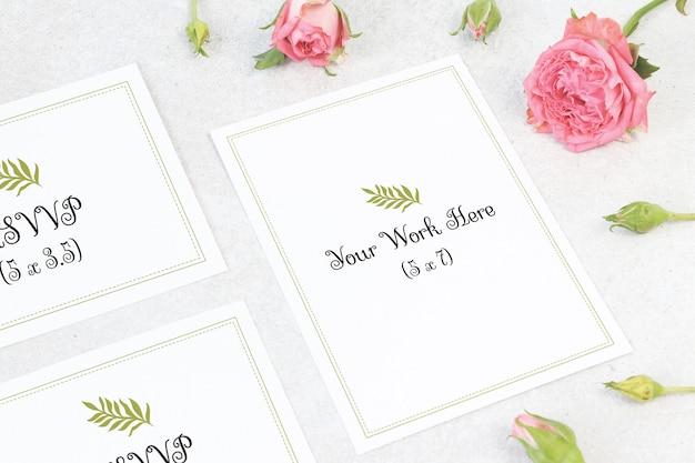 Menu de casamento de maquete com cartão de número em fundo cinza