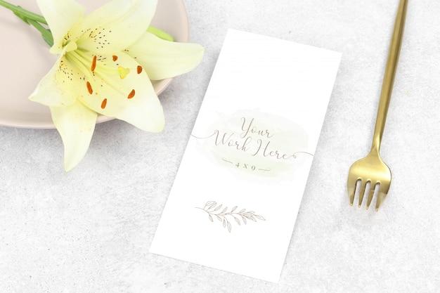 Menu de casamento de maquete plana leigos com flor branca