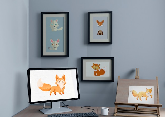 Mesa com monitor e suporte de pintura e molduras na parede