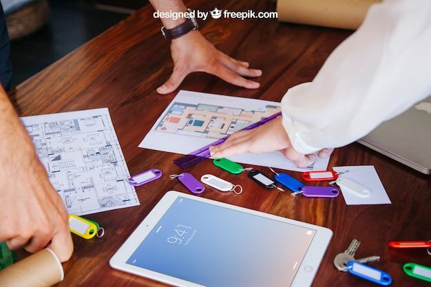 Mesa de arquiteto com maquete de tablet