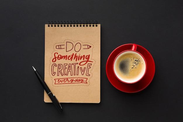 Mesa de escritório com maquete de café e notebook