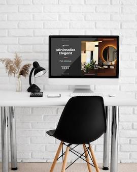 Mesa de escritório com maquete de computador