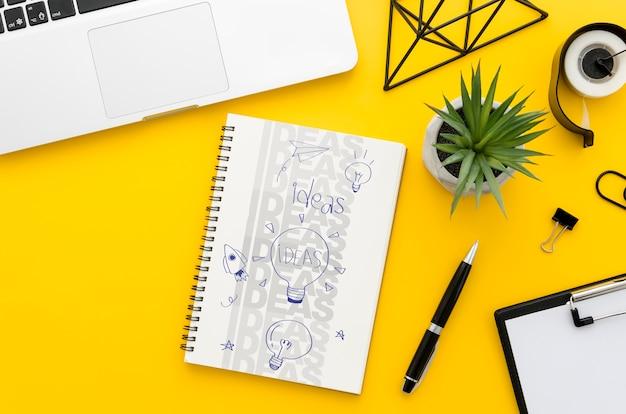 Mesa de escritório com maquete de laptop e notebook