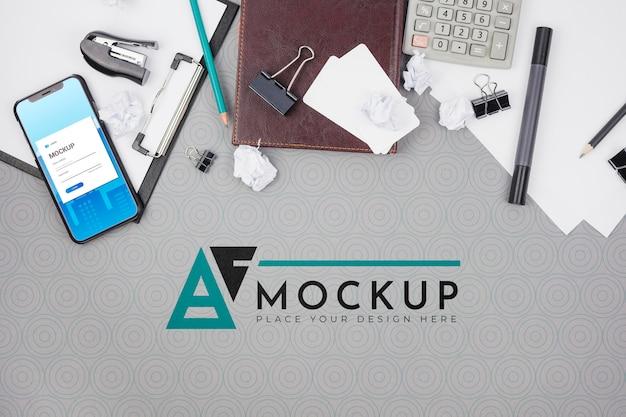 Mesa de escritório com maquete de negócios de acessórios