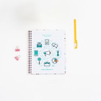 Mesa de escritório de caneta e caderno