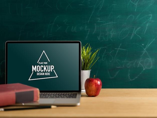 Mesa de estudo com simulação de laptop na sala de aula