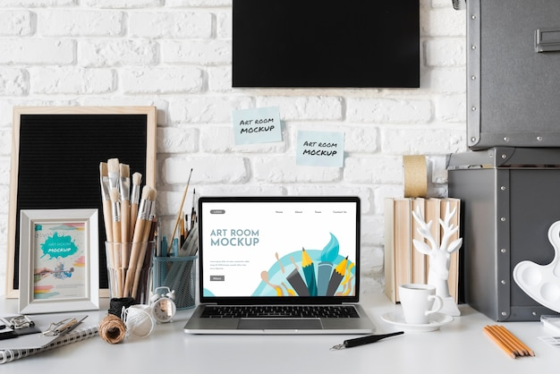 Mesa de pintor com laptop
