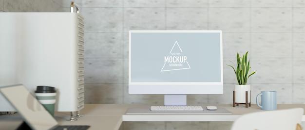 Mesa de trabalho de escritório com computador pc monitor em branco maquete planta interior caneca tablet escritório moderno