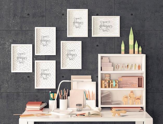 Mesa de trabalho e pequenas maquetes de porta-retratos