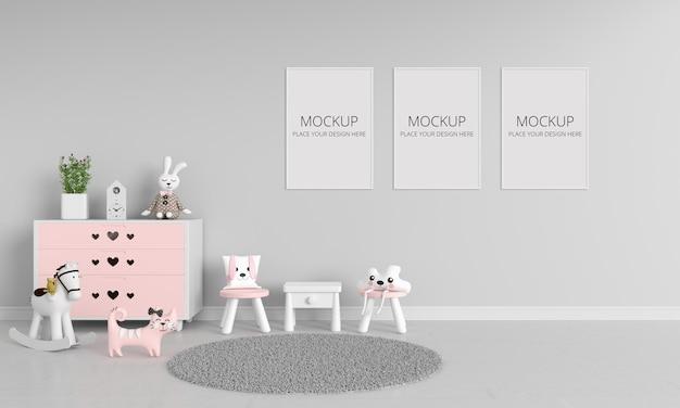 Mesa e cadeiras em quarto infantil cinza com maquete de quadros