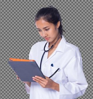 Metade do corpo de 20 anos médico asiático mulher em cabelo preto uniforme aplique tablet digital gráfico do paciente isolado, enfermeira de pele bronzeada analise cuidadosamente os pacientes no hospital médico, iluminação do estúdio fundo branco