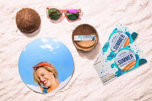 Metades de casca de coco e ingressos de verão