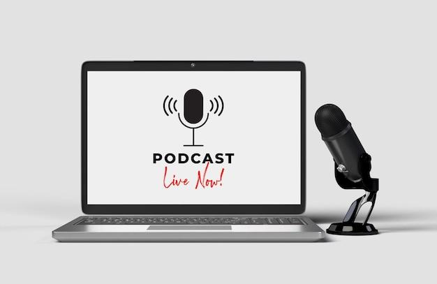 Microfones com laptop para uma conferência de imprensa, palestra, podcast ou entrevista