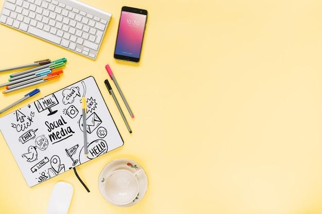 Mídia social e maquete de internet com folheto ou capa
