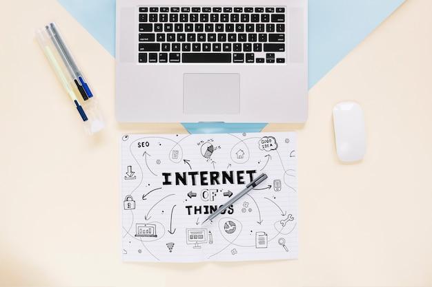 Mídia social e maquete de internet com teclado de notebook