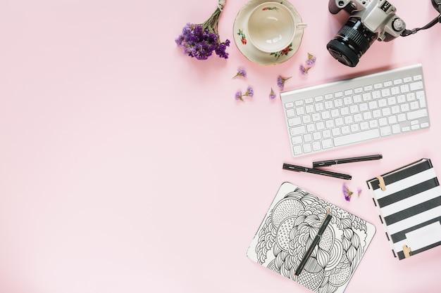 Mídia social e maquete de internet com teclado