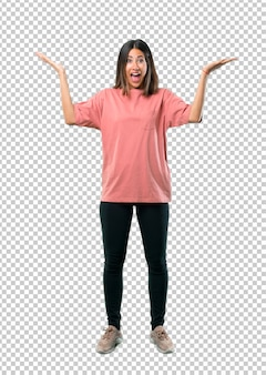 Moça com a camisa cor-de-rosa com surpresa e expressão facial chocada