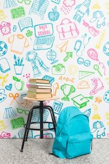 Mochila vista frontal com pilha de livros