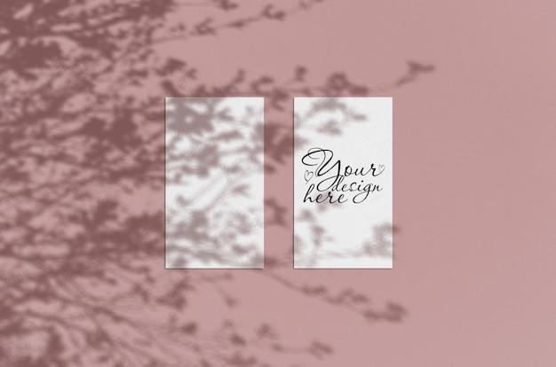 Mock-se de folhas de papel em branco com sombras de plantas