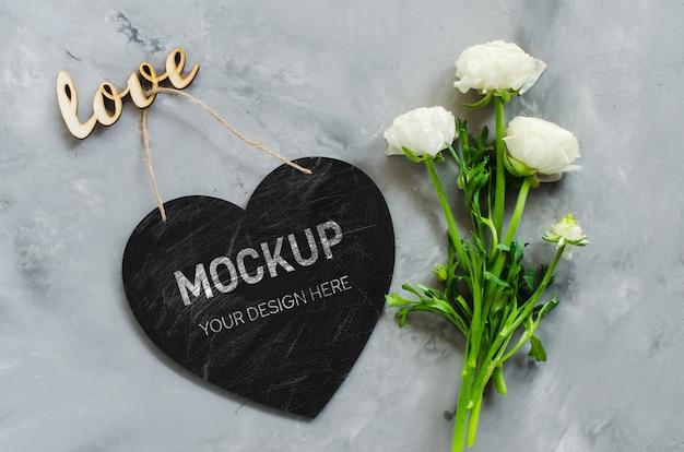 Mock-se do cartão. coração de placa de giz vazio em forma de flores e amor de inscrição.