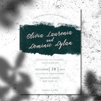 Mock-se do cartão de convite ou brochura com sombra de folhas