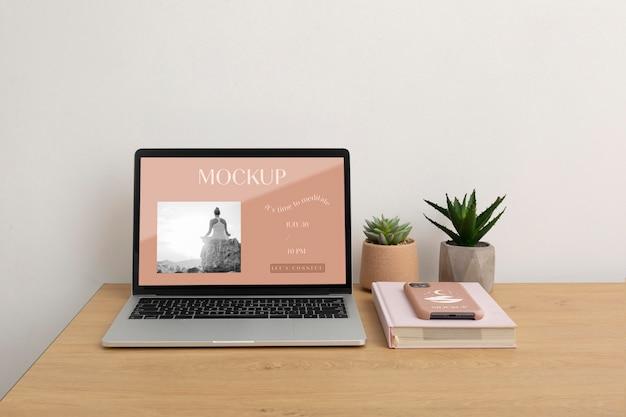 Mock-up de tela de laptop e composição de capa de telefone