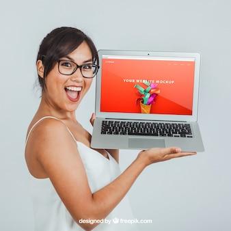Mock up design com mulher rindo e laptop