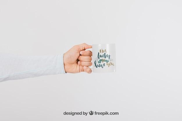 Mock up design da mão com caneca