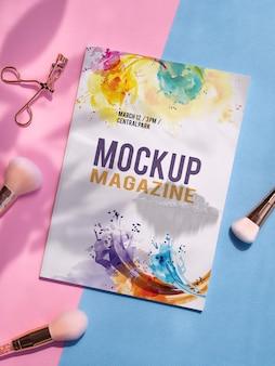 Mock up magazine ao lado de pincéis de maquiagem