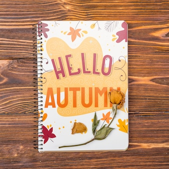 Mock-up notebook com olá mensagem de outono