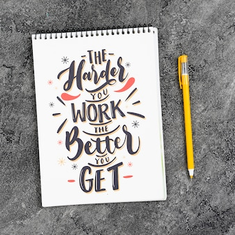 Mock-up notebook na mesa com mensagem poderosa
