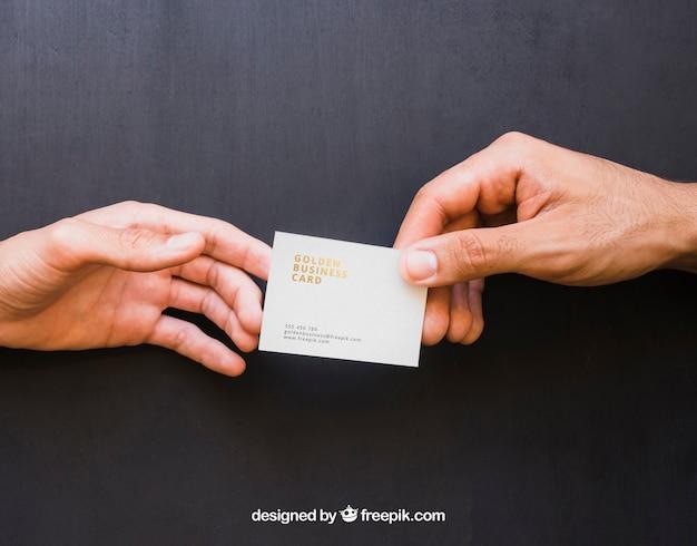 Mock up of hands troca de cartão de visita dourado