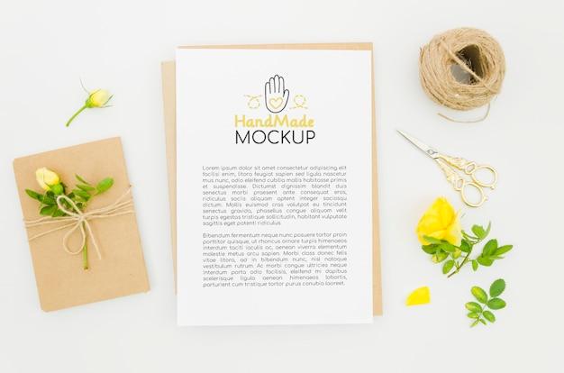 Mock-up para floricultura com flores e corda
