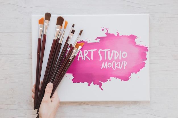 Mock-up pintando aquarelas e pincéis