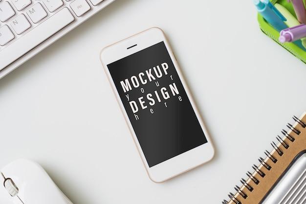 Mock up smartphone. vista superior da mesa de mesa de escritório com gráfico gráfico.