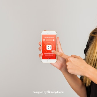Mockup conceito de dedo apontando para smartphone