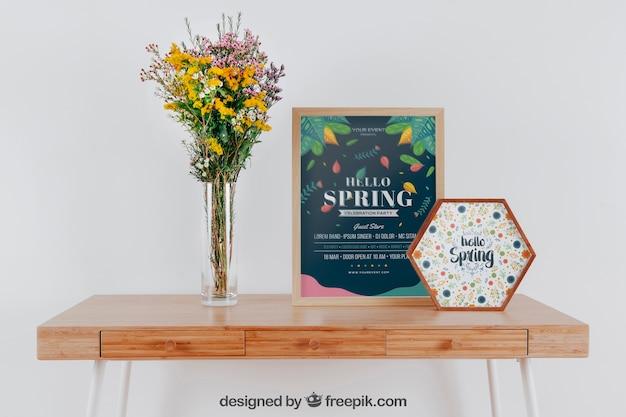 Mockup da primavera com dois quadros e vasos de flores sobre a mesa