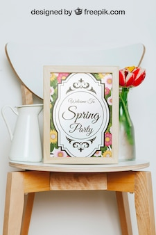Mockup da primavera com moldura e vaso de flores sobre a cadeira