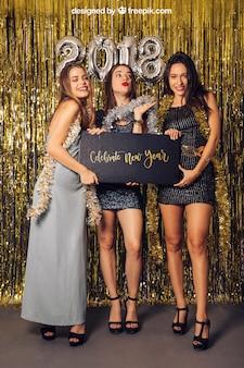Mockup de ano novo com três meninas elegantes