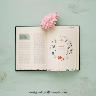 Mockup de conceito de primavera com livro e flor rosa