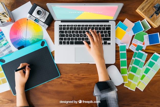 Mockup de designer gráfico superior com laptop