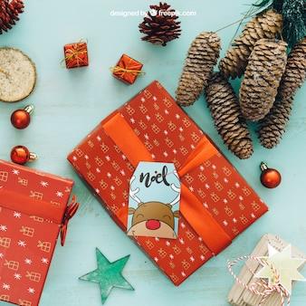 Mockup de natal com caixa de presente e cones de pinheiro