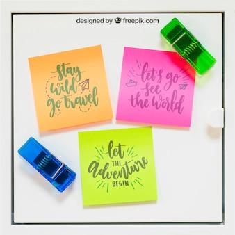 Mockup de notas adesivas com colchetes