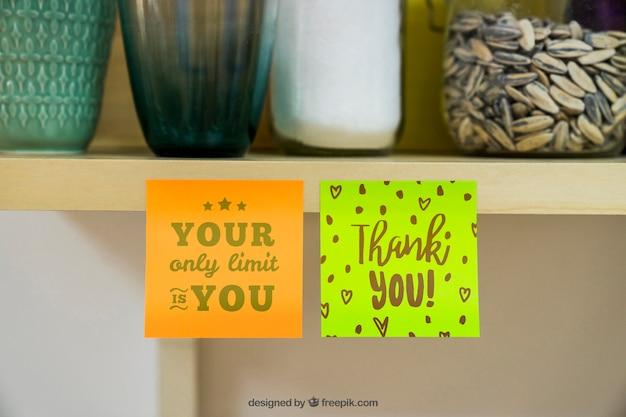 Mockup de notas adesivas no armário
