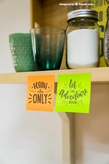 Mockup de notas pegajosas no armário da cozinha